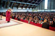 """Его Святейшество Далай-лама приветствует аудиторию перед началом лекции """"Искусство быть счастилвым"""". Клагенфурт, Австрия. 20 мая 2012 г. Фото: Тензин Чойджор (Офис ЕСДЛ)"""
