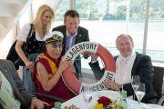 Его Святейшество Далай-лама с мэром Клагенфурта Кристианом Шейдером и губернатором Каринтии Герхардом Дерфлером во время поездки по озеру Вёртзее. Клагенфурт, Австрия. 20 мая 2012 г. Фото: Тензин Чойджор (Офис ЕСДЛ)