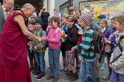 Его Святейшество Далай-лама здоровается с детьми у входа в гостиницу. Зальцбург, Австрия. 21 мая 2012 г. Фото: Тензин Чойджор (Офис ЕСДЛ)