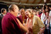 Его Святейшество Далай-лама приветствует г-жу Ирмтраут Вагер, которая на протяжении долгого времени помогает тибетским детям в эмиграции. Зальцбург, Австрия. 21 мая 2012 г. Фото: Тензин Чойджор (Офис ЕСДЛ)