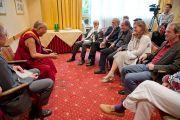 Его Святейшество Далай-лама на встрече с членами наблюдательного совета Тибетского центра. Зальцбург, Австрия. 21 мая 2012 г. Фото: Тензин Чойджор (Офис ЕСДЛ)