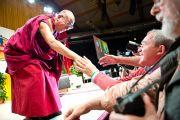 Его Святейшество Далай-лама пожимает руки слушателям перед началом своего выступления. Зальцбург, Австрия. 21 мая 2012 г. Фото: Тензин Чойджор (Офис ЕСДЛ)