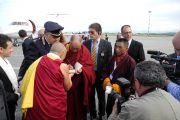 Его Святейшество Далай-лама подписывает книгу пилоту самолета, доставившего его в Удине, Италия. 22 мая 2012 г. Фото: Jeremy Russel (Офис ЕСДЛ)