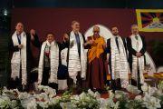 Его Святейшество Далай-лама вместе с другими участниками дискуссии о роли религий в содействии справедливости, миру и защите окружающей среды. Удине, Италия. 22 мая 2012 г. Фото: Jeremy Russel (Офис ЕСДЛ)