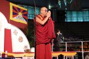 Его Святейшество Далай-лама приветствует студентов перед началом лекции. Удине, Италия. 22 мая 2012 г. Фото: Jeremy Russel (Офис ЕСДЛ)