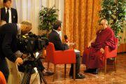 Его Святейшество Далай-лама дает интервью итальянскому телевидению. Удине, Италия. 23 мая 2012 г. Фото: Jeremy Russel (Офис ЕСДЛ)
