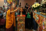 Его Святейшество Далай-лама зажигает светильник во время церемонии открытия нового буддийского храма в институте Йонтен Линг. Юи, Бельгия. 24 мая 2012 г. Фото: Тенизн Такла (Офис ЕСДЛ)