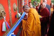 Его Святейшество Далай-лама перерезает ленточку во время открытия нового буддийского храма в институте Йонтен Линг. Юи, Бельгия. 24 мая 2012 г. Фото: Джереми Рассел (Офис ЕСДЛ)