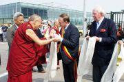 В аэропорту Льежа, Бельгия, Его Святейшество Далай-ламу встречали мэры городов Юи и Кнакке. 23 мая 2012 г. Фото: Тензин Такла (Офис ЕСДЛ)