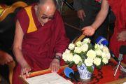 Его Святейшество Далай-лама подписывает сертификат о присвоении ему звания почетного гражданина города Юи, Бельгия. 24 мая 2012 г. Фото: Джереми Рассел (Офис ЕСДЛ)