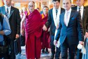 Его Святейшество Далай-лама и глава Центральной тибетской администрации Лобсанг Сенге идут на встречу с журналистами. Вена, Австрия. 25 мая 2012 г. Фото: Тензин Чойджор (Офис ЕСДЛ)