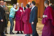 Его Святейшество Далай-лама позирует для фотографии со своей почитательницей. Вена, Австрия. 25 мая 2012 г. Фото: Тензин Чойджор (Офис ЕСДЛ)