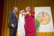 Его Святейшество Далай-лама вручает традиционный тибетский белый шарф министру иностранных дел Австрии Михаэлю Шпинделеггеру. Вена, Австрия. 25 мая 2012 г. Фото: Тензин Чойджор (Офис ЕСДЛ)
