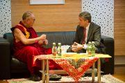 Его Святейшество Далай-лама во время встречи с министром иностранных дел Михаэлем Шпинделеггером. Вена, Австрия. 25 мая 2012 г. Фото: Тензин Чойджор (Офис ЕСДЛ)