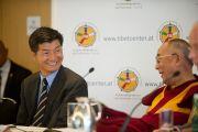Его Святейшество Далай-лама и глава Центральной тибетской администрации Лобсанг Сенге на пресс-конференции. Вена, Австрия. 25 мая 2012 г. Фото: Тензин Чойджор (Офис ЕСДЛ)
