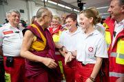 Его Святейшество Далай-лама и сотрудники спорткомплекса Vienna Stadthalle перед началом лекции «За пределами религии - этика и общечеловеческие ценности в современном обществе». Вена, Австрия. 25 мая 2012 г. Фото: Тензин Чойджор (Офис ЕСДЛ)