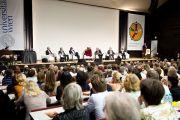 Его Святейшество Далай-лама и другие докладчики на симпозиуме «Буддизм и наука. Ум и материя - новые модели реальности» в Венском университете. Вена, Австрия. 26 мая 2012 г. Фото: Тензин Чойджор (Офис ЕСДЛ)