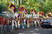 По дороге в Венский университет машину Его Святейшества Далай-ламы приветствовали толпы людей с тибетскими флагами. Вена, Австрия. 26 мая 2012 г. Фото: Тензин Чойджор (Офис ЕСДЛ)