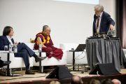 Его Святейшество Далай-лама слушает доклад на симпозиуме «Буддизм и наука. Ум и материя - новые модели реальности» в Венском университете. Вена, Австрия. 26 мая 2012 г. Фото: Тензин Чойджор (Офис ЕСДЛ)