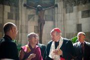 Кардинал Кристоф Шенбор рассказывает Его Святейшеству Далай-ламе об истории собора и о значении элементов внутреннего убранства. Вена, Австрия. 27 мая 2012 г. Фото: Тензин Чойджор (Офис ЕСДЛ)