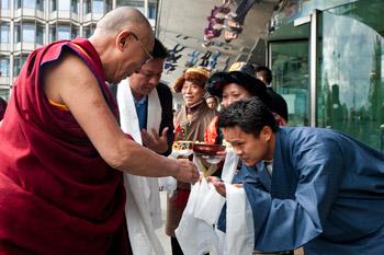 Его Святейшество Далай-лама завершил учения о мудрости и тренировке ума в Манчестере