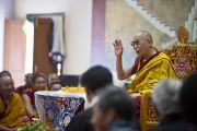 Его Святейшество Далай-лама с удовольствием шутит во время учений по основам буддизма для учащихся Тибетской детской деревни. Дхарамсала, Индия. 2 июня 2012 г. Фото: Тензин Чойджор (Офис ЕСДЛ)