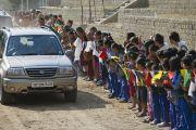 Тибетцы встречают Его Святейшество Далай-ламу в первый день трехдневных учений в Тибетской детской деревне. Дхарамсала, Индия. 1 июня 2012 г. Фото: Тензин Чойджор (Офис ЕСДЛ)