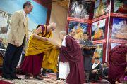 Его Святейшество Далай-лама и виде-президент университета Эмори Гари Хок вручают сертификат об окончании обучения в рамках программы «Научная инициатива ЭмориТибет». Дхарамсала, Индия. 3 июня 2012 г. Фото: Тензин Чойджор (Офис ЕСДЛ)