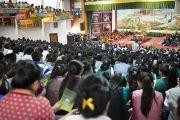 Зал собраний Тибетской детской деревни, где три тысячи учеников собрались на учения Его Святейшества Далай-ламы по основам буддизма для тибетской молодежи. Дхарамсала, Индия. 3 июня 2012 г. Фото: Тензин Чойджор (Офис ЕСДЛ)