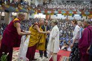 По окончании учений для тибетской молодежи в Тибетской детской деревне Его Святейшество Далай-лама поблагодарил преподавателей университета Эмори, работающих обучающих буддийских монахов в рамках программы «Научная инициатива ЭмориТибет». Дхарамсала, Индия. 3 июня 2012 г. Фото: Тензин Чойджор (Офис ЕСДЛ)