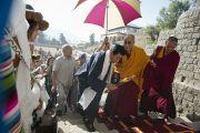 Его Святейшество Далай-лама направляется в зал собраний Тибетской детской деревни в первый день учений для молодых тибетцев. Дхарамсала, Индия. 1 июня 2012 г. Фото: Тензин Чойджор (Офис ЕСДЛ)