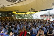 Желающие послушать учения Его Святейшества Далай-ламы для тибетской молодежи не из числа учащихся могли наблюдать трансляцию под тентом, натянутым над баскетбольной площадкой в Тибетской детской деревне. Дхарамсала, Индия. 3 июня 2012 г. Фото: Тензин Чойджор (Офис ЕСДЛ)