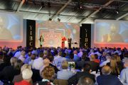 Его Святейшество Далай-лама выступает на Йоркширской международной бизнес-конференции в Лидсе, Великобритания. 15 июня 2012 г. Фото: Джереми Рассел (Офис ЕСДЛ)