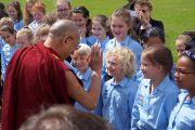 Его Святейшество Далай-лама здоровается со школьниками, которые исполнили для него приветственную песню перед началом бизнес-конференции в Лидсе, Великобритания. 15 июня 2012 г. Фото: Джереми Рассел (Офис ЕСДЛ)