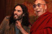 """Его Святейшество Далай-лама и комедийный актер Рассел Бренд на молодежном форуме """"Вставай, стань изменением!"""". Манчестер, Великобритания. 16 июня 2012 г. Фото: Chloe Crewe-Read"""