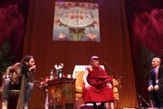 """Его Святейшество Далай-лама отвечает на вопросы участников молодежного форума """"Вставай, стань изменением!"""". Манчестер, Великобритания. 16 июня 2012 г. Фото: Chloe Crewe-Read"""