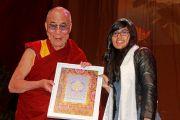 На молодежном форуме Его Святейшество Далай-лама вручает премию школьнице Софии за ее активную альтруистическую деятельность. Манчестер, Великобритания. 16 июня 2012 г. Фото: Chloe Crewe-Read
