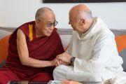 Его Святейшество Далай-лама со своим другом, монахом-бенедектинцем Лоренсом Фриманом. Манчестер, Великобритания. 18 июня 2012 г. Фото: Джереми Рассел (Офис ЕСДЛ)