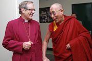 Его Святейшество Далай-лама и епископ Найджел МакКаллох перед началом учений. Манчестер, Великобритания. 17 июня 2012 г. Фото: Джереми Рассел (Офис ЕСДЛ)