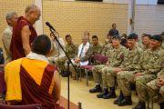 Его Святейшество Далай-лама беседует с группой гуркхских солдат. Манчестер, Великобритания. 17 июня 2012 г. Фото: Джереми Рассел (Офис ЕСДЛ)