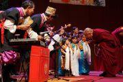 Его Святейшество Далай-лама здоровается с тибетскими детьми, выступившими перед началом его лекции. Манчестер, Великобритания. 17 июня 2012 г. Фото: Джереми Рассел (Офис ЕСДЛ)