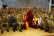 Его Святейшество Далай-лама позирует для групповой фотографии с группой гуркхских солдат. Манчестер, Великобритания. 17 июня 2012 г. Фото: Джереми Рассел (Офис ЕСДЛ)