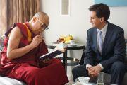 Его Святейшество Далай-лама подписывает экземпляр своей книги Эду Миллибанду, лидеру оппозиции в парламенте Великобритании во время встречи в  Лондоне, Великобритания. 19 июня 2012 г. Фото: Джереми Рассел (Офис ЕСДЛ)