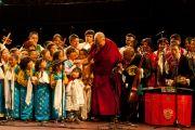 """Его Святейшество Далай-лама фотографируется с тибетскими артистами перед лекцией """"Настоящее изменение происходит в сердце"""" в Альберт-холле. Лондон, Великобритания. 19 июня 2012 г. Фото: Ян Камминг"""