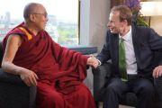 Его Святейшество Далай-лама дает интервью Эндрю Марру на Би-би-си. Лондон, Великобритания. 19 июня 2012 г. Фото: Джереми Рассел (Офис ЕСДЛ)