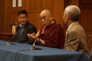 Спикер Тибетского парламента в эмиграции Пенпа Церинг и Его Святейшество Далай-лама выступают перед представителями неправительственных организаций и групп поддержки Тибета в Вестминстерском университете в Лондоне. Великобритания. 19 июня 2012 г. Фото: Ян Камминг