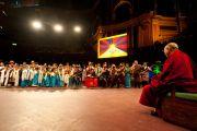 """Его Святейшество Далай-лама смотрит выступление тибетских артистов перед лекцией """"Настоящее изменение происходит в сердце"""" в Альберт-холле. Лондон, Великобритания. 19 июня 2012 г. Фото: Ян Камминг"""