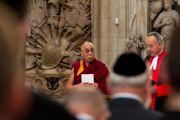 Его Святейшество Далай-лама и старший священнослужитель Вестминстерского аббатства во время службы и созерцательной практики в Вестминстерском аббатстве в Лондоне, Англия, 20 июня 2012 г. Фото: Ян Камминг