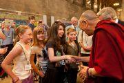 Его Святейшество Далай-лама приветствует подростков у выхода из Вестминстерского аббатства в Лондоне, Англия, 20 июня 2012 г. Фото: Ян Камминг