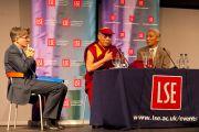 Его Святейшество Далай-лама во время своего выступления на тему «Противостояние нетерпимости: этическая и глобальная проблема» в Лондонской школе экономики 20 июня 2012 г. Фото: Ян Камминг